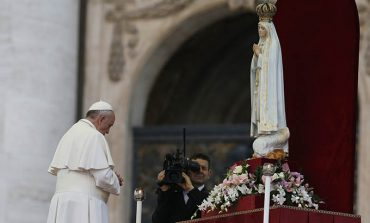 Venerating Fatima statue, pope entrusts world to Mary