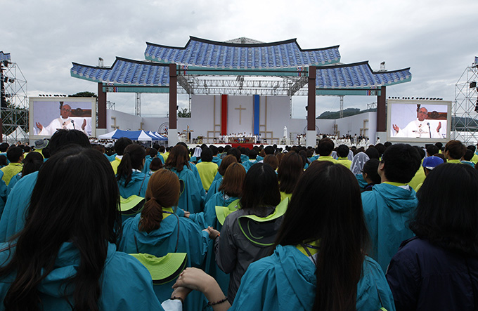 Pope Francis leads the Lord's Prayer as he celebrates the closing Mass of the sixth Asian Youth Day at Haemi Castle in Haemi, South Korea, Aug. 17. (CNS photo/Paul Haring)