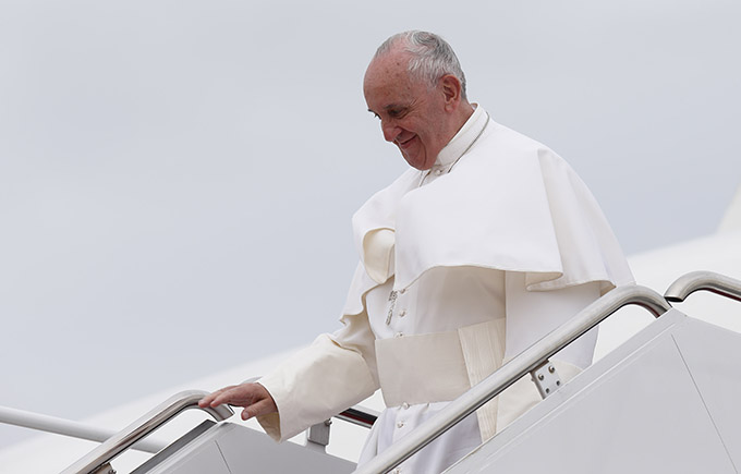 Pope Francis walks from his plane as he arrives to the airfield at Joint Base Andrews outside of Washington Sept. 22. (CNS photo/Paul Haring)