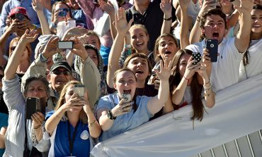 Pope asks youth to perform works of mercy
