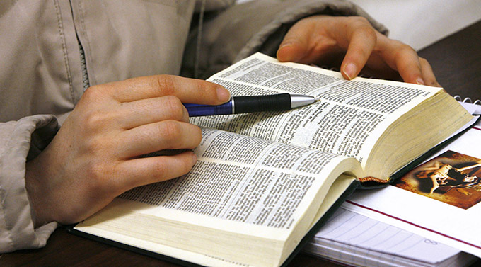 A young woman studies the Bible. (CNS photo/Karen Callaway, Catolico)