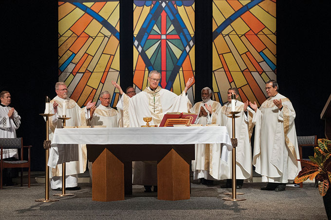 Bishop Greg Kelly celebrates Mass at the Dallas Ministry Conference on Sept. 30 at the Kay Bailey Hutchison Convention Center in downtown Dallas. The 10th Annual Dallas Ministry Conference drew thousands to the convention center Sept. 29-Oct. 1. (JENNA TETER/The Texas Catholic)