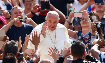 Mary teaches people to hope, pope says