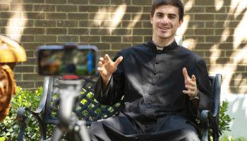 Su misión es llevar parroquianos a la santidad